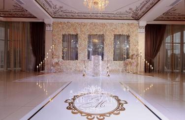 Свет в свадебных декорациях